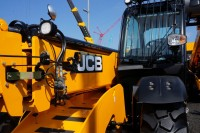 JCB-hi-viz-on-TH-1024x679